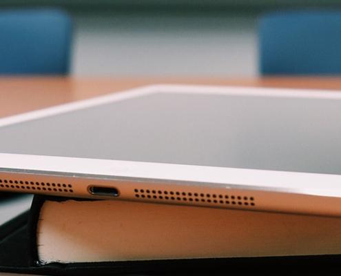 Tablet auf Buch