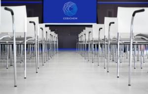 Cosichem Logo vor Stuehlen