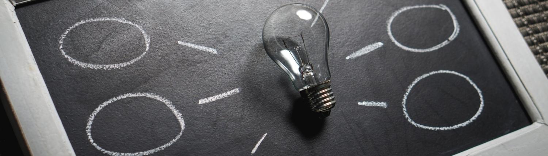 Idee - Glühbirne auf Schiefertafel