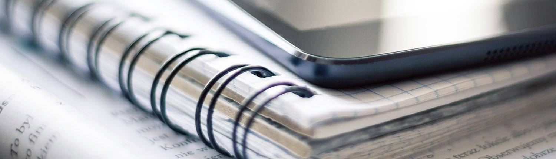 closeup Smartphone und Collegeblock