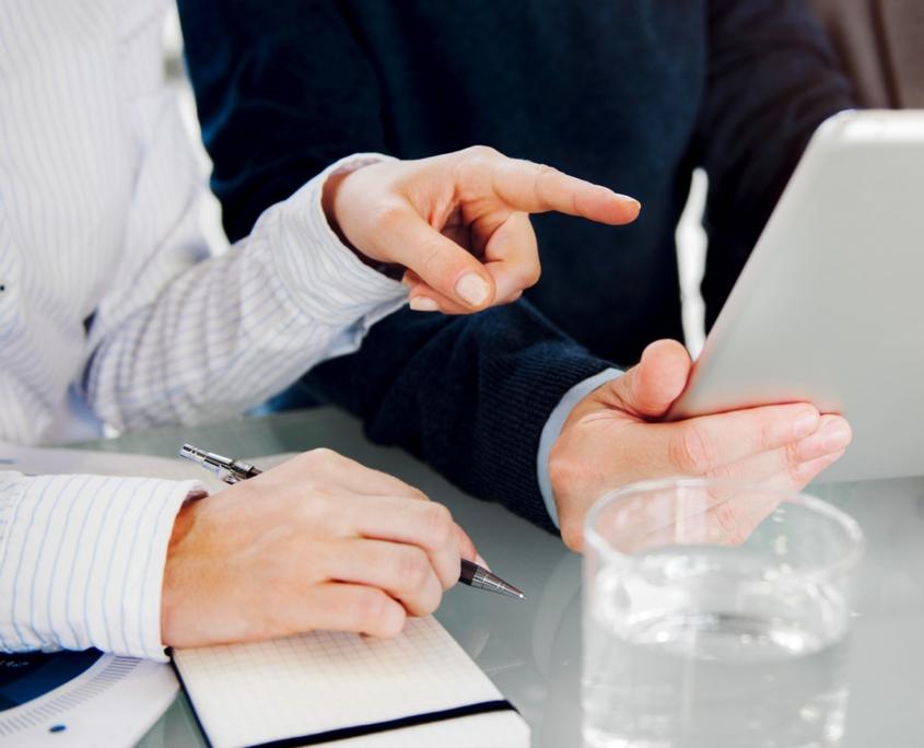 2 Personen arbeiten Tablett und Stift
